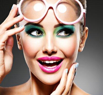 Fototapet Ansikte av en vacker expressiv tjej med mode make-up