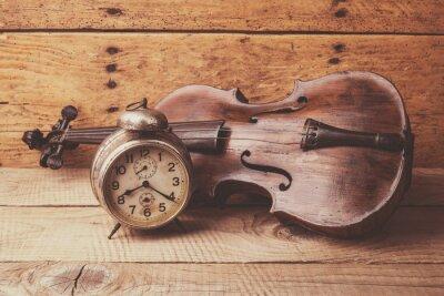 Fototapet Antik klocka och gammal fiol över tappning träbord