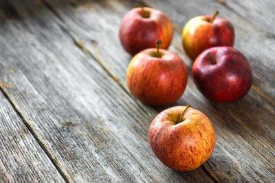 Fototapet Äpplen på trä bakgrund