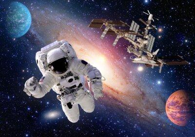 Fototapet Astronaut spaceman kostym människor planet yttre rymdfärjan station rymdskepp. Delar av denna bild som tillhandahålls av NASA.