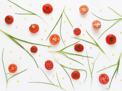 Fototapet Äta ett mönster av färska tomater och gröna lökar. Vegetabilisk mat bakgrund. Klipp tomater på en vit bakgrund.
