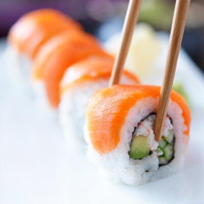 Fototapet äta sushi med chopstricks