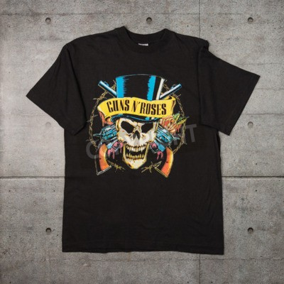 Fototapet AVEIRO, PORTUGAL - JULI 20, 2016: Guns n 'Roses merchandise t-shirt. Guns N 'Roses är världens mest sålda band hela tiden.