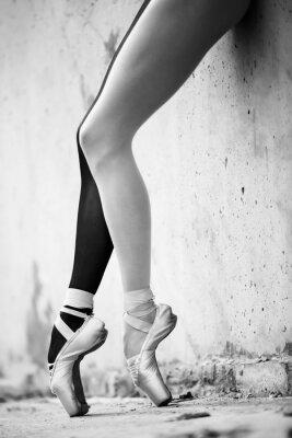Fototapet Ballerina fötter närbild på en bakgrund av texturerad betong wal