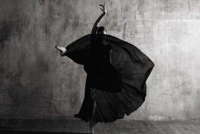 Fototapet Ballerina in ballroom. Ballet dancer in studio. Black and white monochrome.