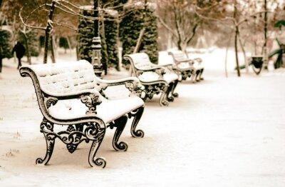 Fototapet Bänk i snöiga vinter park