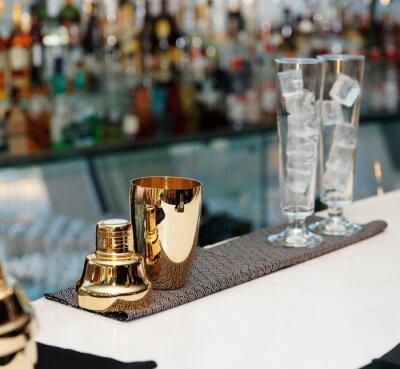Fototapet Bartender verktyg på bardisk, kopiera utrymme