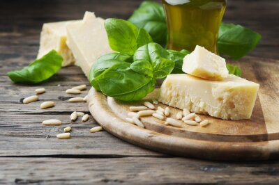 Fototapet Basilika, ost, tall och olivolja på träbordet
