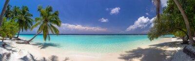 Fototapet Beach panorama på Maldiverna med blå himmel, palmer och turquoi
