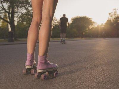 Fototapet Ben av ung kvinna rullskridskor i parken