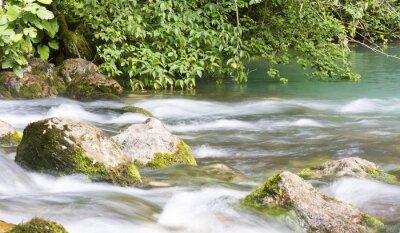 Fototapet Berg flod i Abchazien, landskap. Rengör flodflödena i bergen i Abchazien.