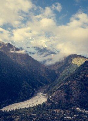 Fototapet Berg stiger över dalen.
