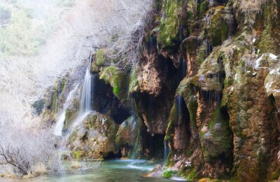 Fototapet Berg strömma genom moss bergarter