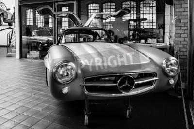 Fototapet BERLIN, TYSKLAND - 17 Maj 2014: Body Mercedes-Benz 300SL (W198) i återställ verkstad Mercedes-Benz. Svartvitt. 27 Oldtimer Day Berlin - Brandenburg