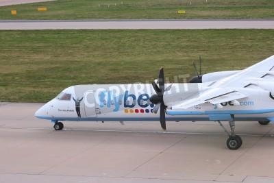 Fototapet BIRMINGHAM, UK - APRIL 24, 2013: Piloter taxi Flybe Bombardier Dash 8 Q-400 vid Birmingham Airport, Storbritannien. Flybe genom 7,6 miljoner passagerare under 2013.