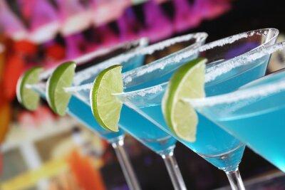 Fototapet Blå Curacao Cocktails i Martini Gläsern i einer Bar