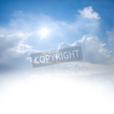 Fototapet Blå himmel med moln och sol reflektion i vatten med plats för din text
