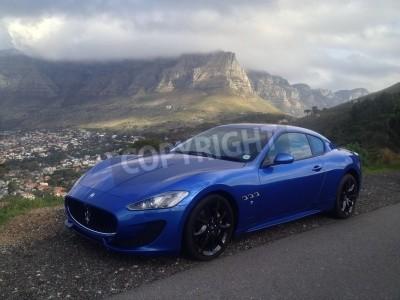 Fototapet Blå Maserati med Taffelberget i bakgrunden