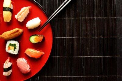 Fototapet Blandad sushi tallrik med pinnar