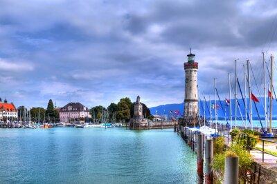 Fototapet Blick auf den Hafen auf der Insel von Lindau am Bodensee im Süden Deutsch mit dem historischen Leuchtturm.