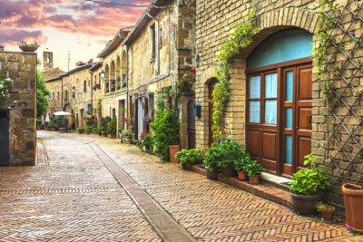 Fototapet Blommande gatorna i den gamla italienska staden i Toscana.