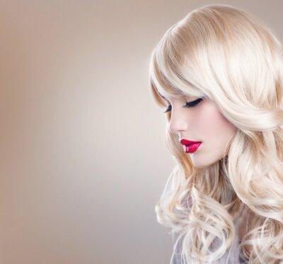 Fototapet Blond kvinna porträtt. Vacker blond flicka med långt vågigt hår