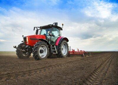 Fototapet Bonde traktor förbereder marken för sådd