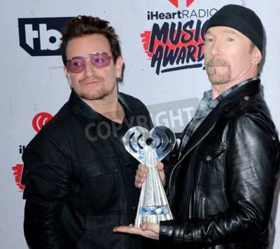 Fototapet Bono och Edge of U2 vid 2016 iHeartRadio Music Awards hölls på forumet i Inglewood, USA den 3 april 2016.
