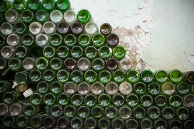 Fototapet Botten av flaskans konsistens. Glas, Smutsiga tomma vinflaskor närbild, Bottom of green flaskmönster bakgrund