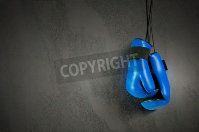 Fototapet Boxningshandskar hänger på spiken på väggen
