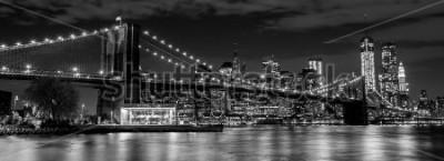 Fototapet Brooklyn Bridge med Manhattan skyline i bakgrunden på natten i svart och vitt