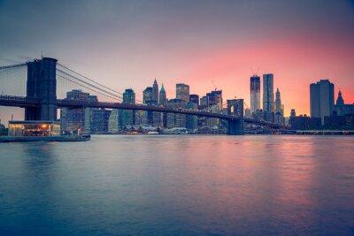 Fototapet Brooklyn bridge och Manhattan i skymningen