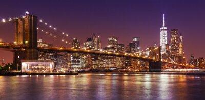 Fototapet Brooklyn Bridge och Manhattan på natten, New York, USA.