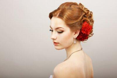 Fototapet Brud. Golden Hair Kvinna med röd blomma. platina Halsband