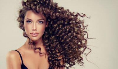 Fototapet Brunett tjej med långt och glänsande lockigt hår. Vacker modell med vågig frisyr.