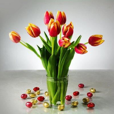 Fototapet bukett färska tulpaner och liten röd gul choklad påsk t.ex.