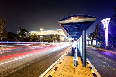 Fototapet busstationen bredvid en väg på natten