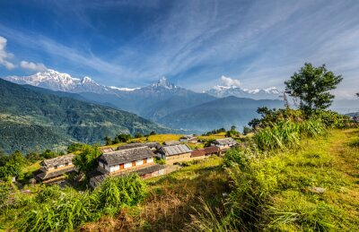 Fototapet By i Himalaya bergen i Nepal