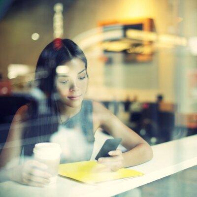 Fototapet Café stad livsstil kvinna på telefon dricka kaffe