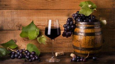 Fototapet calice di vino rosso con uva e botte