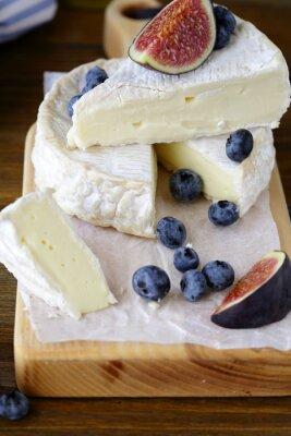Fototapet camembert ost med fikon och blåbär