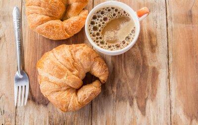 Fototapet Croissant och kaffe till frukost på gamla träbord