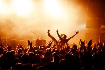 Fototapet Crowd surfing under konsert