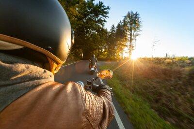 Fototapet Cyklist åker motorcykel i solig morgon