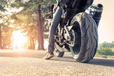 Fototapet cyklist och motorcykel redo att rida