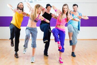 Fototapet Dansare på Zumba konditionsträning i dansstudio