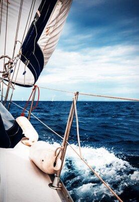 Fototapet De vita segel av jakter på bakgrund av havet och himlen i molnen