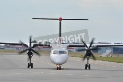 Fototapet Detta är en bild av EuroLot planet Bombardier Dash-8 Q400 registrerad som SP-EQC på Warszawas flygplats. 30 juli 2015. Warszawa, Polen.