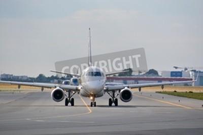 Fototapet Detta är en bild av LOT Polish Airlines Embraer ERJ 170 flygplan registrerade som SP-LDE på Warszawas flygplats. 30 juli 2015. Warszawa, Polen.
