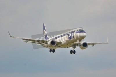 Fototapet Detta är en bild av LOT Polish Airlines Embraer ERJ 195 flygplan registrerade som SP-LNA på Warszawas flygplats. September 16, 2015.